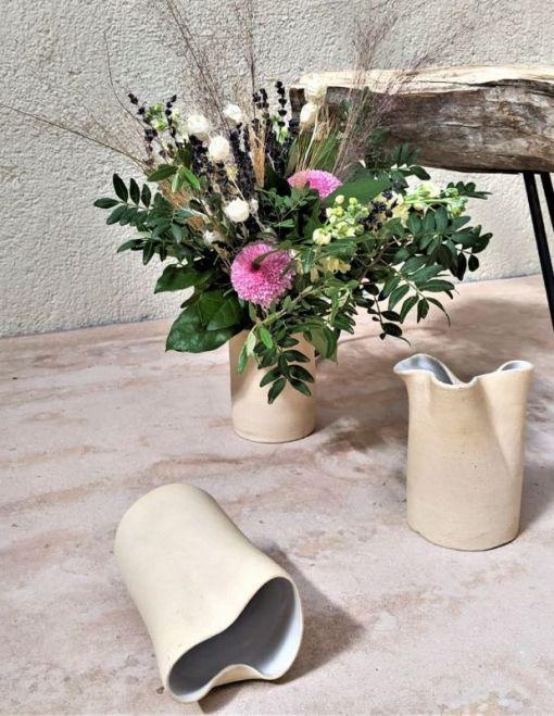 jarrón de cerámica y arreglo floral