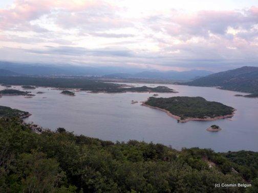 un lac cu multe insule
