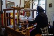 Măicuță lucrând la război în Muzeul Vivant din Agapia
