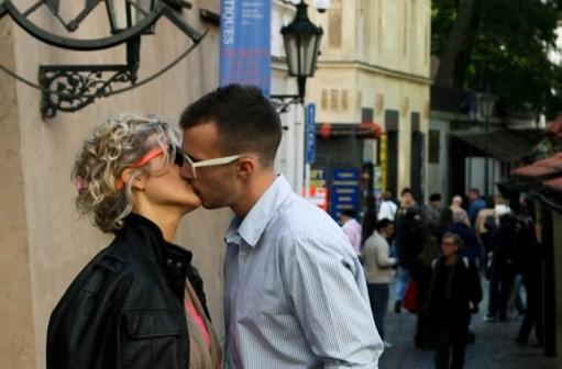 Photographe français célèbre pour ses scènes de rue, il a travaillé aussi bien pour Renault que pour Vogue. A suscité la polémique pour une histoire de baiser volé devant une mairie. Initiales RD. 1912-1994.