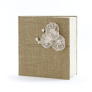 Gæstebog hessian med blonde blomster