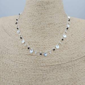 Collar bañado en plata de 41 a 45cm de largo Moneditas, bolitas y cristales negros LBO30924