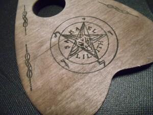 Ouija goute en bois