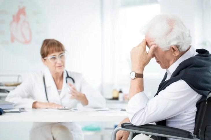 läkare pratar med patient