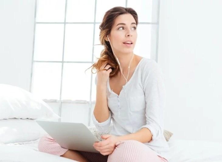 kvinna i pyjamas