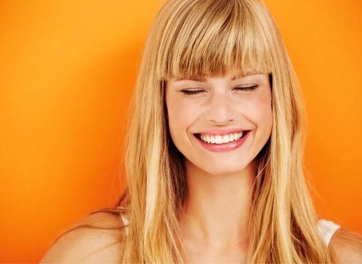 skrattande kvinna