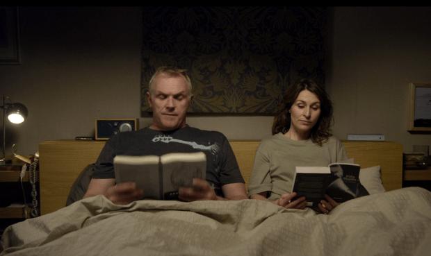 Ken e Lorna Thompson del telefilm Cuckoo impegnati nelle proprie letture serali. Notare 50 Sfumature di Grigio.