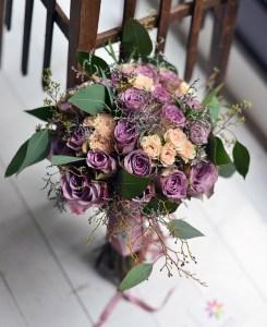 Lila ve kavuniçi güllerle hazırlanmış gelin buketi