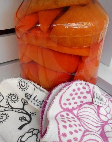 Appelsiininen etikka siivoukseen muuttaa käsityksen etikkasiivouksesta. Appelsiininkuoret lisäävät etikan siivoustehoa ja ja mikä parasta, saavat etikan tuoksumaan appelsiineilta.