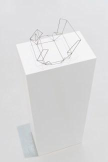 Jorge Macchi, Present 01 (2018). Acero. 50 x 45 x 17 cm, Cortesía GALLERIA CONTINUA, San Gimignano / Beijing / Les Moulins / Habana. Foto: Ela Bialkowska, OKNO Studio