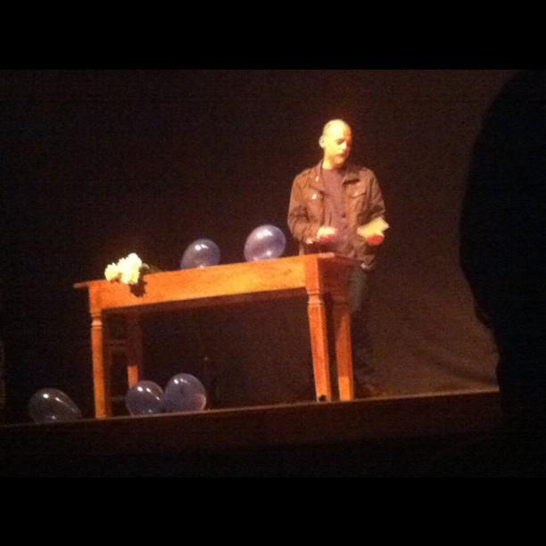 """Lorenço Mutarelli ao palco da Xasa da Cultura na peça """"O outro"""". O autor em cena."""