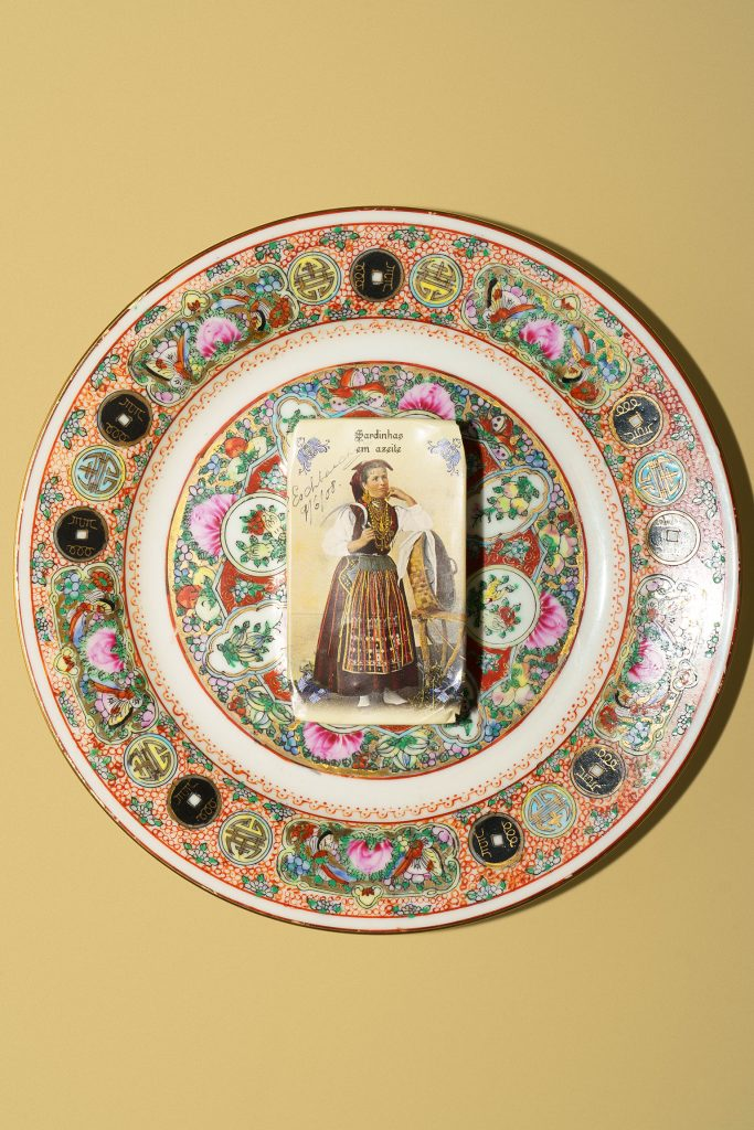 Costumes Portuguezessardine can on a plate