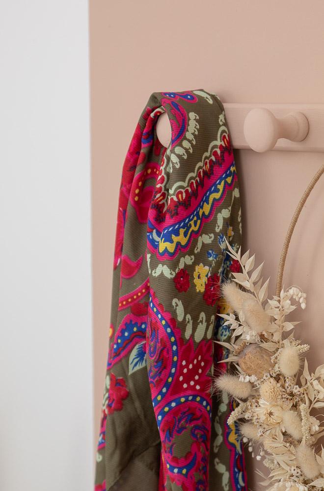 Foulard kaki à motifs colorés
