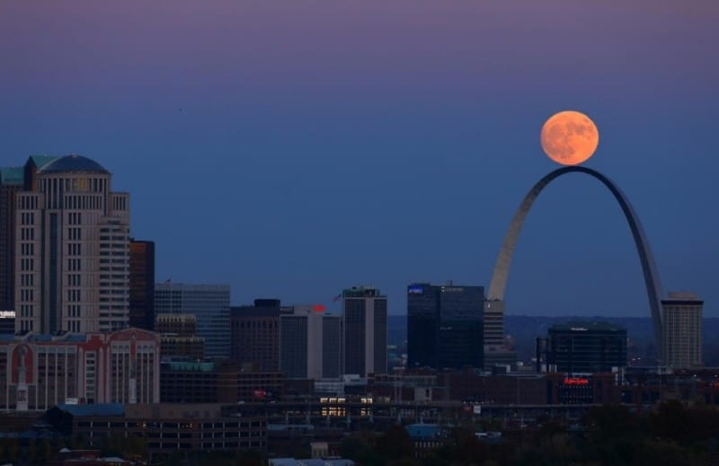 gambar-supermoon-st-louis-arch