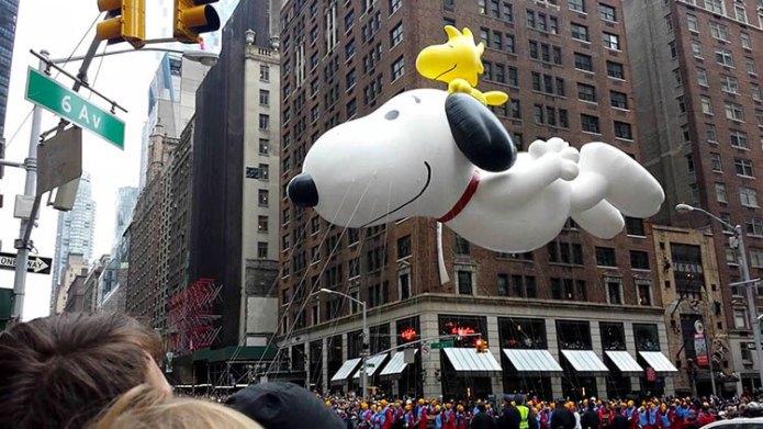 El globo Snoopy pasa por The Wayfarer durante el Desfile del Día de Acción de Gracias de Macy's en Nueva York