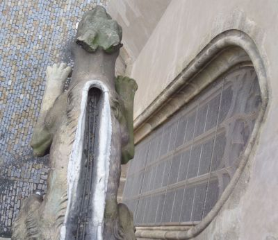 Gargoyle kept warm in winter at St. Barbara's Church, Kutna Hora - Photo Kissam