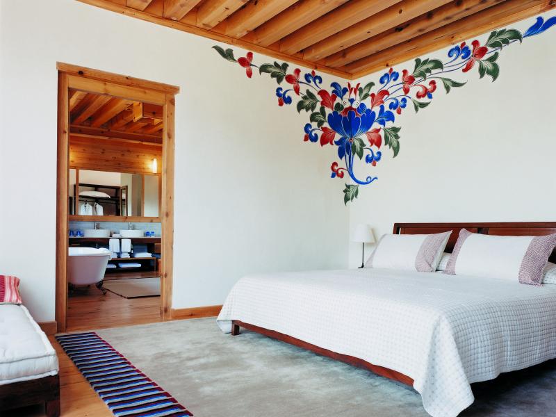 Light-filled mountain room at Uma Paro by COMO