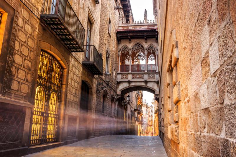 bridge_between_buildings_in_barri_gotic_quarter_of_barcelona_spain