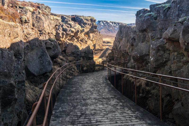 cliffs_and_deep_fissure_in_thingvellir_national_park._southern_iceland