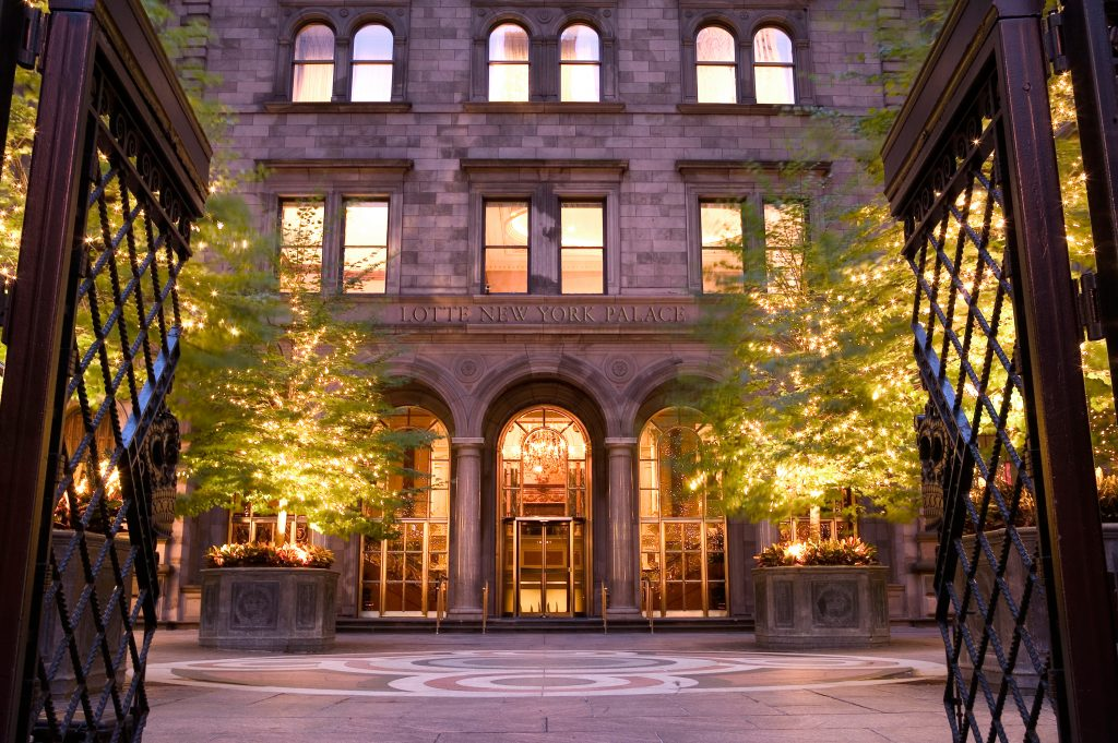 LotteNYPalace_Exterior_Entrance_through_Courtyard_on_Madison_Ave