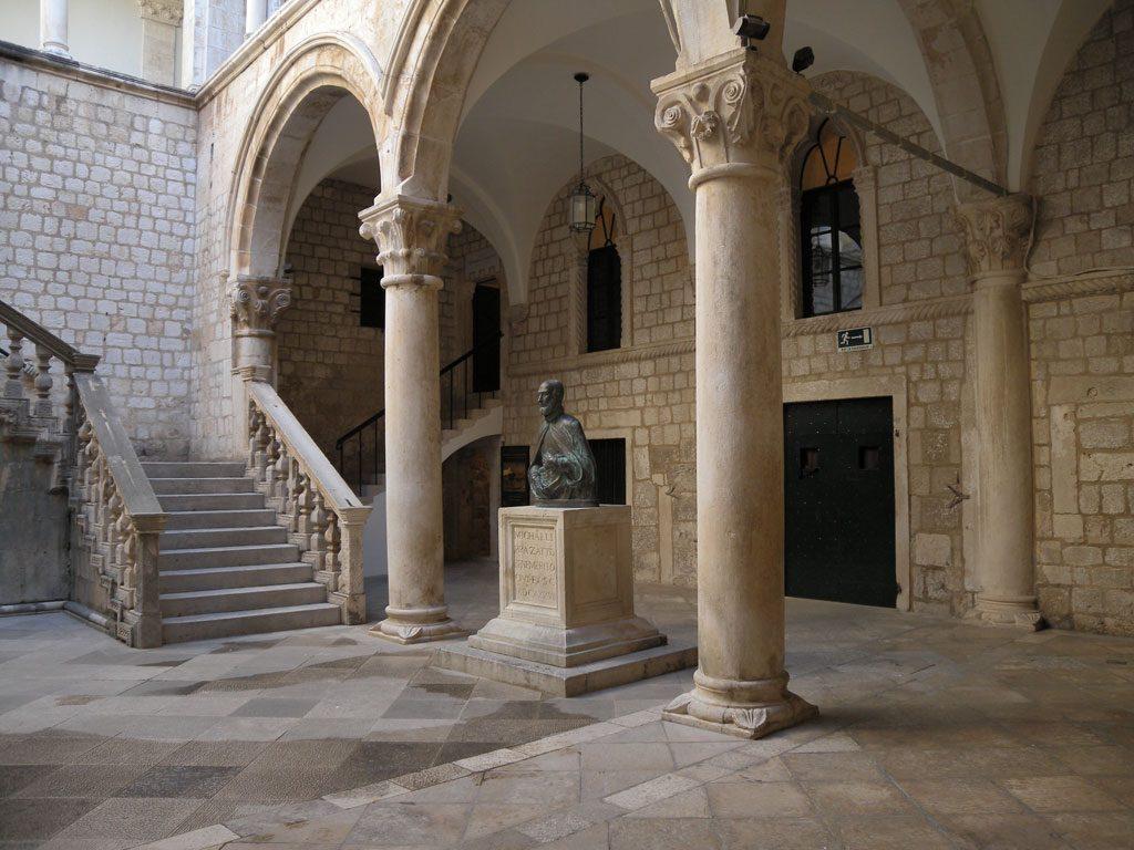 Istocni-dio-atrija-Knezeva-dvora-sa-spomenikom-Mihu-Pracatu_Courtesy of Cultural and Historical Museum Dubrovnik