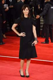 Australian singer Natalie Imbruglia was wearing a dress with sleeves nonstandard
