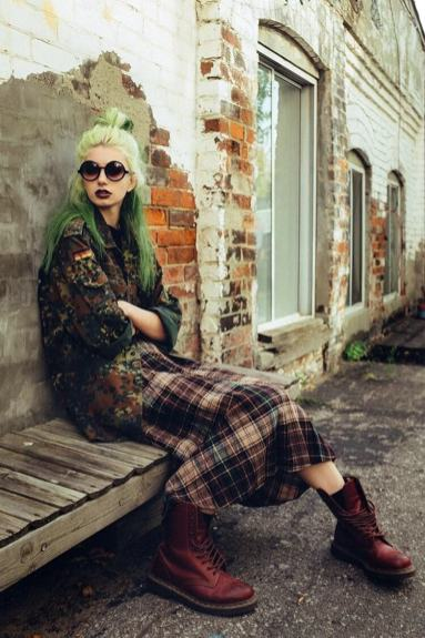 Hairstyle and makeup in Grunge style