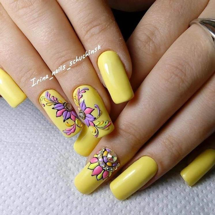 atte manicure with flowers