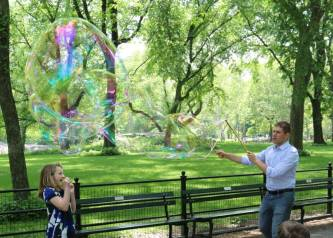 Bubble makers along the promenade of Central Park
