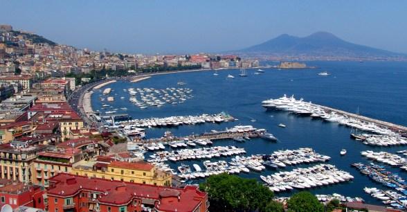 Italie Naples Une Ville Touristique Lombre Du Vsuve