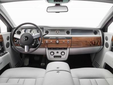Về nội thất, các tông màu nâu gỗ phong phú nổi bật hơn trên nền da bọc màu xám Aetherius của ghế ngồi. Rolls-Royce cho biết tông màu da này lấy cảm hứng từ màu sắc của các đô thị hiện đại