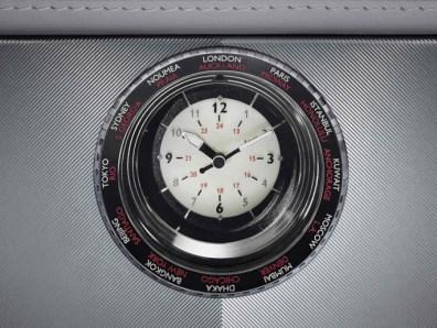 Đồng hồ có tính năng xoay lần đầu tiên xuất hiện trên trung tâm giao diện điều khiển của xe Rolls-Royce. Viền đồng hồ liệt kê danh sách 24 thành phối và múi giờ của chúng