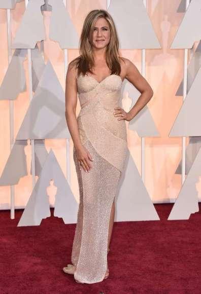 Jennifer Aniston chọn đầm Versace...
