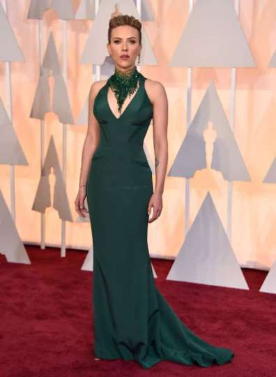 Scarlett Johansson chọn đầm (Atelier Versace) và trang sức (Piaget) ton-sur-ton