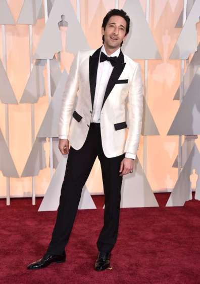 Adrien Brody cũng bị chê vì lựa chọn trang phục, anh mặc suit của Dolce & Gabbana