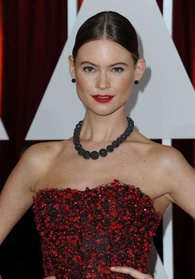 Người mẫu Behati Prinsloo trong đầm đỏ đen của Armani Privé...