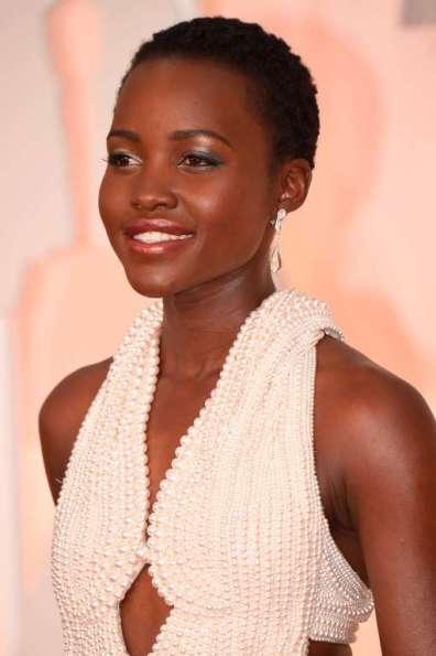 Cô cũng đeo khuyên tai ngọc trai của Calvin Klein Collection