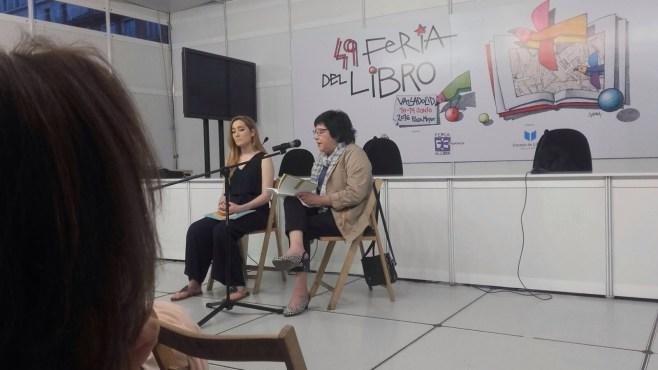Esperanza Ortega recitando sus poemas en el Pabellón Infantil y Juvenil de la Plaza Mayor de Valladolid
