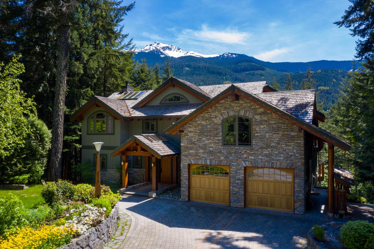 MAJESTIC LAKE AND MOUNTAIN VIEW HOME   British Columbia Luxury Homes   Mansions For Sale   Luxury Portfolio