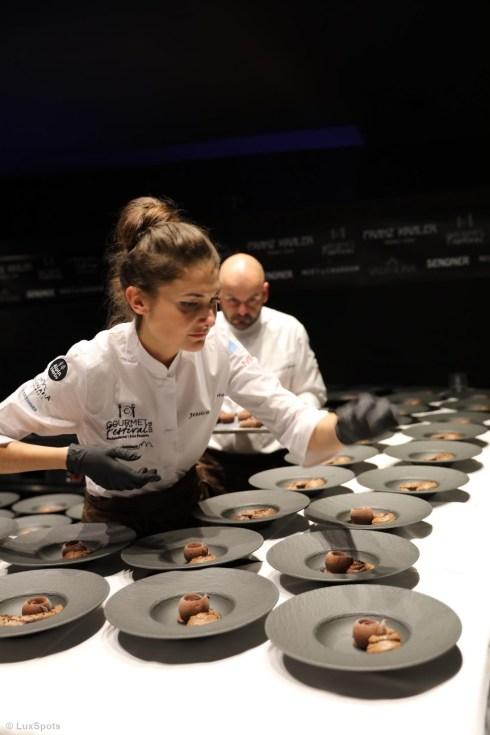 Jessica Préalpato bereitet ihre NAchspeise beim Exclusive Dinner in Toblach vor