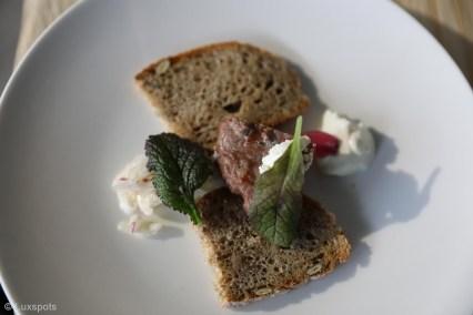 Entrecôte mit Gemüse und geröstetem Brot