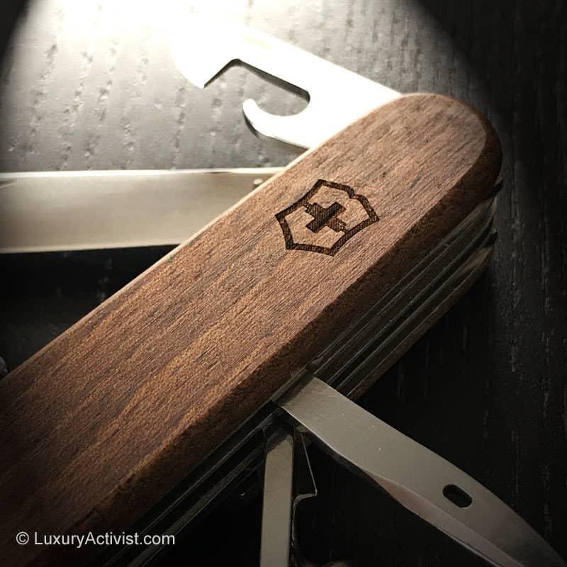 Victorinox-Huntsman-Wood-closeup-scales