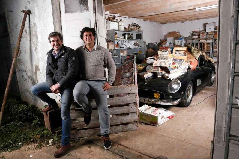 De to vurderingsfolk Matthieu Lamoure og Pierre Novikoff fra auktionshuset Artcurial troede ikke deres egne øjne, da de fandt den 53 år gamle Ferrari under bunker af blade.