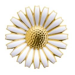 I 1940 lancerede Kgl. Hofjuveler A. Michelsen margueritsmykker i anledning af prinsesse Margrethes (dronning Margrethe 2.) fødsel. I 1985 fusionerede Georg Jensen bl.a. med A. Michelsen, og siden er det blevet til et væld af 'Daisy'-smykker – her en forgyldt sølvbroche med emalje til 2.250 kr.
