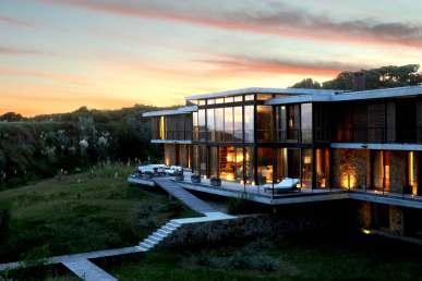 """""""Da muligheden for at købe en sjælden, uforstyrret og ubebygget grund ved vandet opstod, vidste parret, at det var det perfekte sted at investere krop og sjæl i et udfordrende projekt: at integrere et hus i landskabet med respekt for naturen"""""""