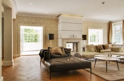 Den gennemgribende modernisering af huset er fulgt op indvendigt, hvor udtrykket overalt på de godt 500 kvadratmeter er elegant og stilfuldt.