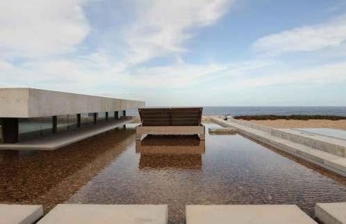 Fra husets tagterrasse ser man tydeligt havet og horisonten. I alt fire terrasser forstærker samspillet mellem huset og naturen.