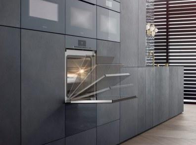 ArtLine–serien fra Miele passer til mange forskellige køkken-designs, her vist i den nye og moderigtige farve grafitgrå.