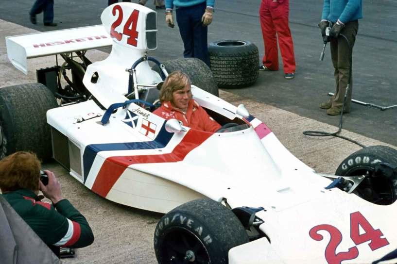 Jams Hunt i den legendariske Hesketh 308-racer, som var den eneste bil i Formel 1-feltet uden sponsormærker!