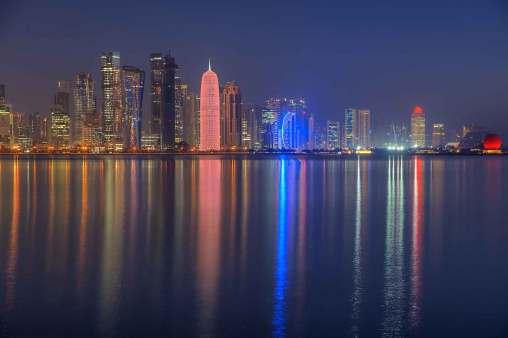 Dohas imponerende skyline by night.